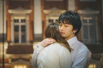 何も言えない時は好きな人を抱きしめる。カップルが抱きしめ合っている様子。彼氏が彼女を抱きしめている。