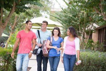 充実した大学生活を送る大学生のイメージ