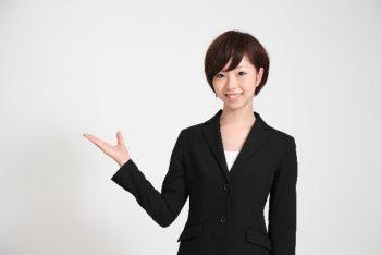 社内恋愛したくない女性が特徴を紹介するポーズを取っている様子。