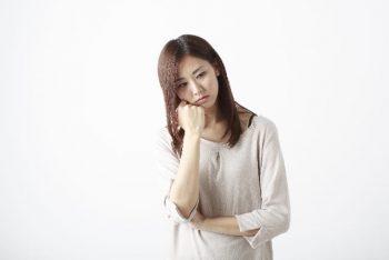 好きな人に嫌われたかもしれないと悩む女性。挽回する方法を考えている。