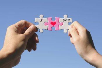 恋愛が難しいと感じる理由をイメージした「二人が持つパズル」の画像。