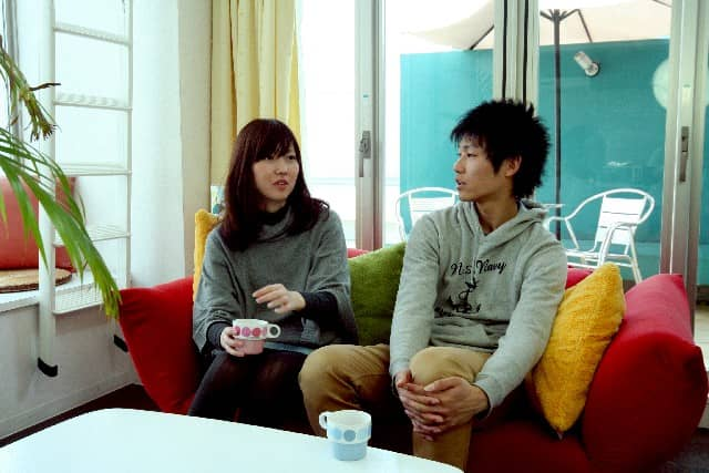誠実な男性と不誠実な男性のどちらか、見分け方を考えている女性。カップルが二人で座っている画像。