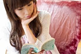 AB型の女性が一人で本を読んでいる様子