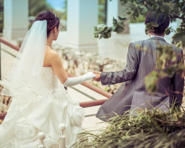 男同士で結婚の話をする時のイメージ。
