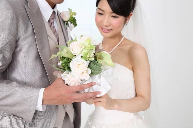 女性の理想の結婚は、愛したい派と愛されたい派どっち?と悩む女性の画像。将来の結婚を考えて、ウエディングドレスを着ている。