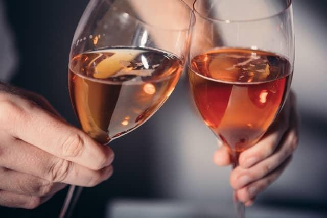 女性をサシ飲みに誘う方法を実践して、実際に女性とサシ飲みする様子の画像。