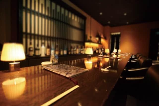 女性と二人で飲むお店。バーの画像。