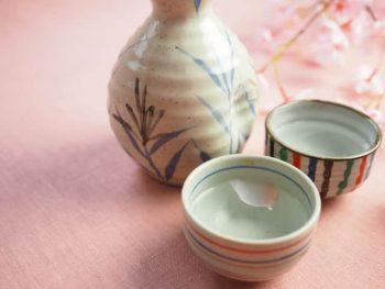 女性とサシ飲みに行ったときに飲むお酒。女性と二人で飲む日本酒の画像。