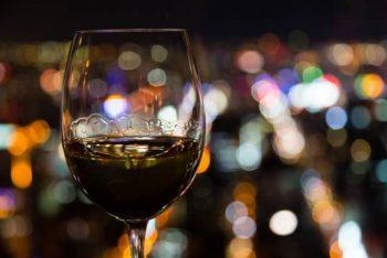 女性とサシ飲みで飲むカクテルの画像。デート向きのバーにて。