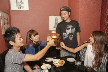 好きな人も一緒にいる、みんなで飲む場所。何人かの仲間内の飲み会の画像。
