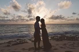 男性が好きな人にとる態度。片思いから両想いになる瞬間をイメージした画像。女性は、好きサインを察知して恋愛成就に成功した。