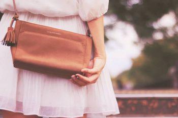 周りのカップルがうらやましいと思っている女性の後ろ姿。恋愛に興味を持っているので、街を歩くカップルを見るのがつらい。