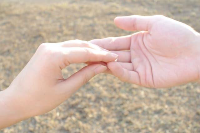 恋人と距離を置いたけど意味がなかったと感じる人に差し出す手のイメージ画像。