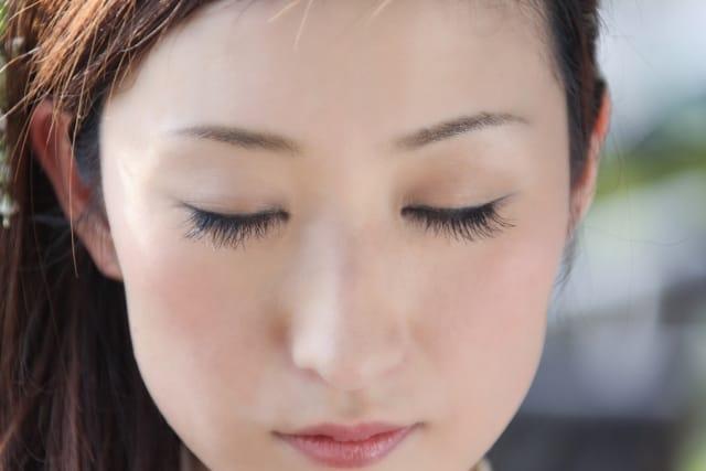 色気のある女性とはと考えて目をつぶる女性の画像。