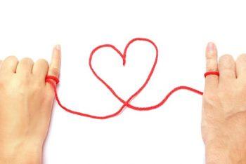 恋愛には答えが無い「赤い糸」みたいなものかもしれないけれど、答えを出す勇気を持ってほしいという気持ちを込めたカップルの画像。
