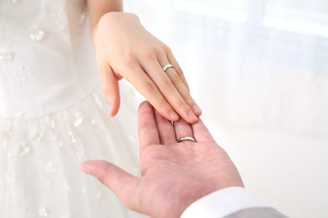 最近、なぜ婚活する人が増えたのか。結婚したい女性がイメージする結婚式の画像。