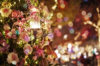 クリぼっちで過ごすクリスマスの画像。さみしさを感じている。