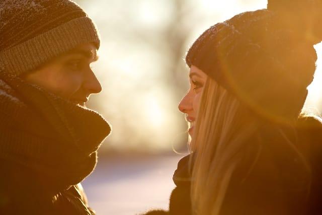 思わせぶりな態度を取る男性の脈ありと脈なしの違いを考える女性の画像。