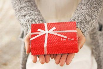 バレンタインチョコをもらう方法を実践した男性が実際に女性からチョコをもらう様子をイメージした画像。