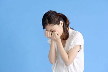 彼氏の重いと言われた女性が一人で泣いている様子