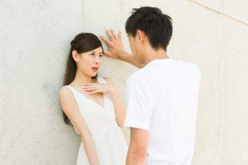 男性が本気で好きな女性に迫る様子。