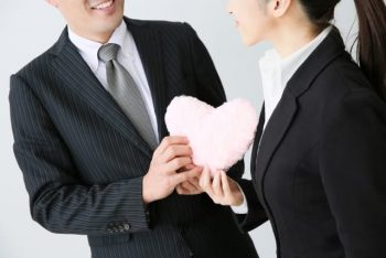 友達を好きになった時、友達を好きになったかもしれない時をイメ―ジした男女の画像。男性と女性が友達として仲良くなったのか、恋愛の雰囲気なのか、迷いながら一緒にいる。