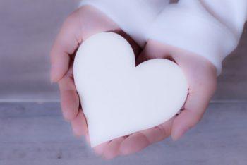 片思いのバレンタインで、好きな人にチョコを渡すべきかどうか悩む女性の画像。好きな人がバレンタインチョコを喜ぶかどうか自信がない。