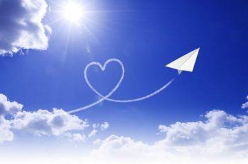 恋愛がしたい人が将来に期待する紙飛行機の画像。