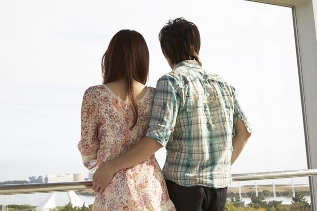 大学生のカップルがデートしている画像。