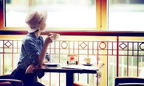 恋愛に必要な3要素がない女性は窓の外を見つめている