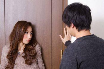 浮気する彼女が、浮気された彼氏から責められている様子。浮気される男性とはどんな彼氏か考えている。