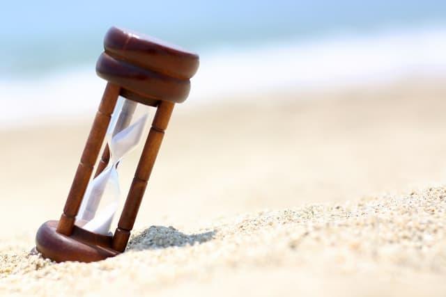 恋がしたくなる季節がいつなのか考えながら見つめる砂時計