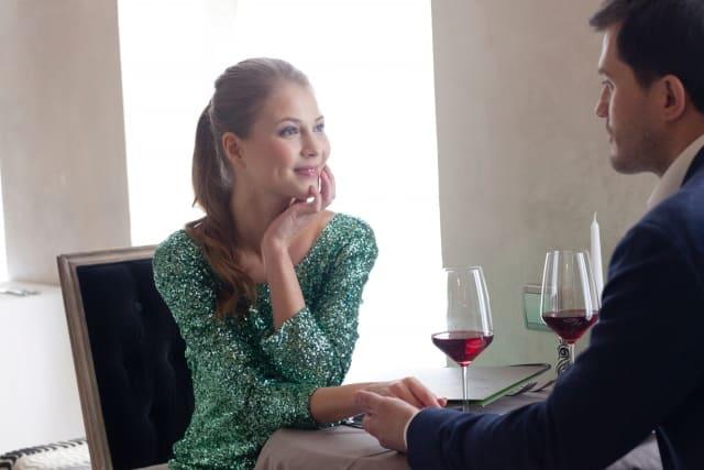 食事デート中に口説く男性と口説かれた女性