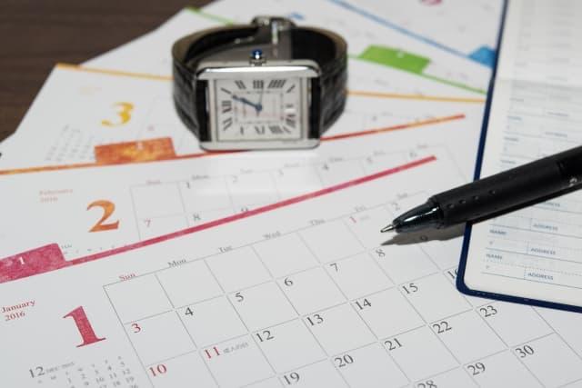 生まれた月で運命が変わることをイメージしたカレンダーと時計