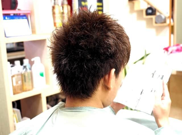 はじめて美容室で髪を切るメンズの後ろ姿。