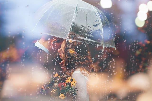 わざと忘れ物をしたことであいあい傘することになった女子