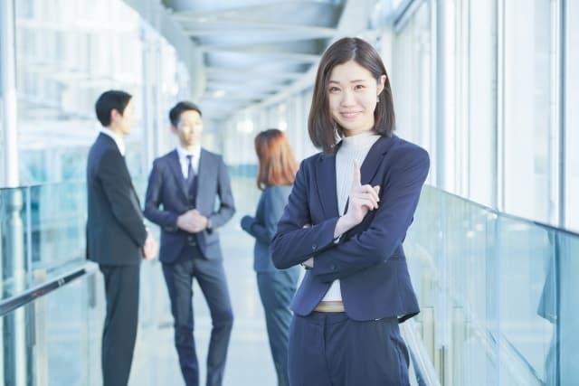職場でよく笑う女性の評価を解説する女性