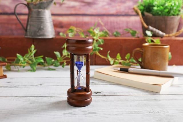 無言の時間と沈黙の時間を測ってる砂時計