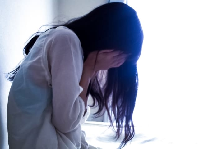 せっかく好きな人と話せたのに沈黙になって自己嫌悪に陥る女性