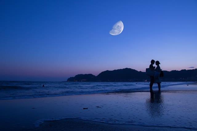 大人の恋愛をするカップルが「ずっと一緒にいたい」と思い合っている様子