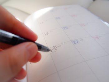 カップルはどのくらい付き合ったら長続きか考えながらカレンダーにしるしをつける様子。