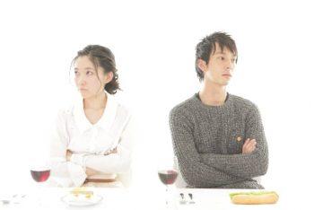 倦怠期で雰囲気が悪くなったカップルのイメージ画像