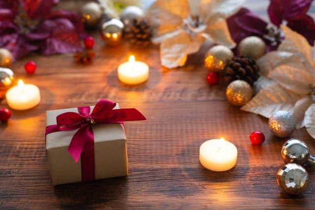彼氏や彼女にプレゼントを聞くか聞かないか悩む人が見つめるギフトボックス