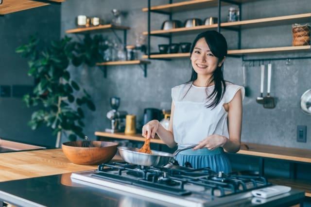 一人暮らしの彼氏のために料理する女性