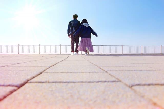 キスの恋愛における価値をかみしめるカップル