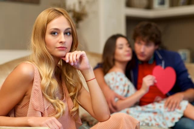 男女の浮気の違いを考え「彼氏に浮気されない方法」を考える女子