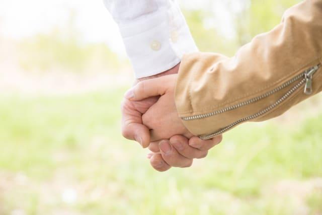 初デートで手を繋ぐ方法に成功した男性の手