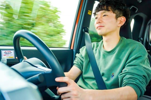 長時間運転する彼氏とドライブ旅行に行く彼女