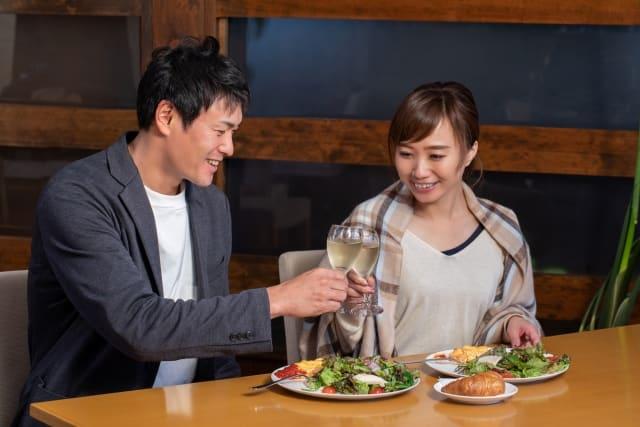 20代女性を好きになった30代男性が食事を奢る様子