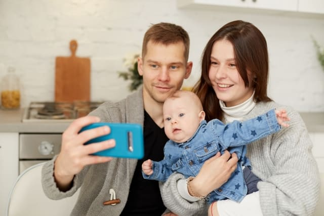 家族に関する価値観の違いを感じるカップルのイメージ